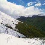 Valle dell'Agnello e M. Monna. Numerose sorgenti e importantissimi complessi speleologici ne fanno una valle di grande importanza. Vedi articoli Geologia e Idrologia.